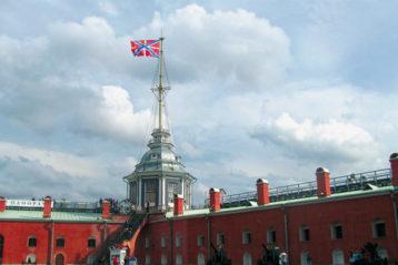 Андреевский флаг над Нарышкинским бастионом Петропавловки