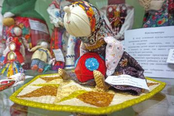 Л.Н. Козлова. Кукла «Бабка с футбольным мячом»