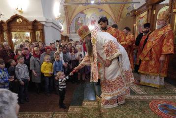14 апреля. После Божественной литургии в Воскресенском соборе Дзержинска (фото Алексея Козориза)