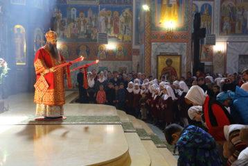 15 апреля. Во время Божественной литургии в Никольском соборе Нижнего Новгорода (фото Сергея Лотырева)