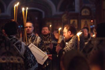 5 апреля. Чтение 12 Страстных Евангелий в Александро-Невском соборе (фото Алексея Козориза)