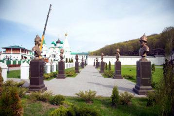 7 мая. Романовская аллея в Вознесенском Печерском монастыре (фото монастыря)