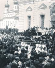 Крестный ход с мощами преподобного Серафима вокруг Успенского собора