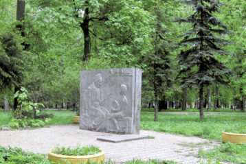 Стела на бывшем Петропавловском кладбище: А.И. Каширина с внуком