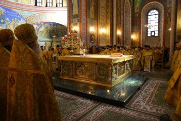 6 декабря. Божественная литургия в Александро-Невском кафедральном соборе (фото Сергея Лотырева)