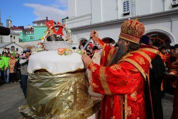 28 апреля. Митрополит Георгий разрезает гигантский кулич (фото Сергея Лотырева)