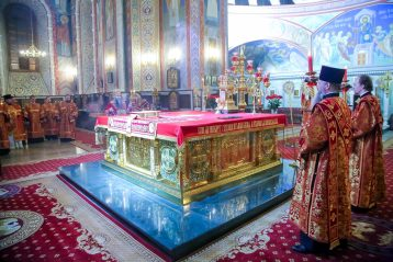 28 апреля. Во время Пасхального богослужения в Александро-Невском кафедральном соборе (фото Александра Чурбанова)