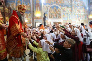 29 апреля. После Божественной литургии в Никольском соборе Автозаводского района (фото Сергея Лотырева)