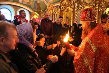 2 мая. Раздача Благодатного огня в Троицком соборе Дивеевского монастыря (фото Сергея Лотырева)