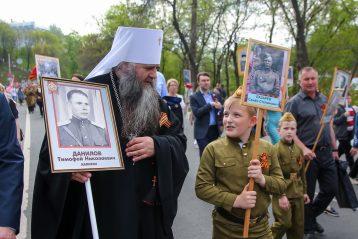 9 мая. Митрополит Георгий участвует в акции «Бессмертный полк» (фото Александра Чурбанова)