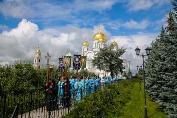 21 июля. Крестный ход по Святой Канавке в Серафимо-Дивеевском монастыре (фото Александра Чурбанова)