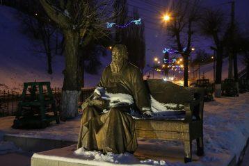5 декабря. Памятник митрополиту Николаю (Кутепову) у Нижегородской духовной семинарии (фото Александра Чурбанова)