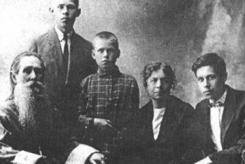 Протоиерей Николай Боголюбов ссемьей: Николай, Алексей, Михаил, жена Ольга Николаевна