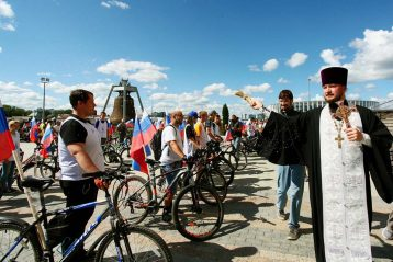 22 августа. Благословение участников мото-велопробега, посвященного Дню Государственного флага РФ (фото Бориса Поварова)