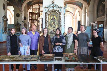 С мужем иучастниками выездной школы вСмоленском храме