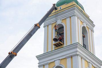 28 июня. Подъем колоколов на колокольню Спасо-Преображенского храма Канавинского благочиния (фото Александра Чурбанова)