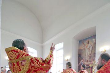 5 июня. Божественная литургия в день 20-летия со дня обретения мощей святых Пузовских мучениц в Успенском храме села Суворова (фото Алексея Козориза)