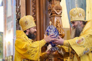 4 апреля. После Божественной литургии в Александро-Невском кафедральном соборе (фото Александра Чурбанова)