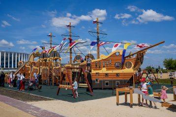 7 июля. Детская площадка-корабль возле нижегородского Александро-Невского кафедрального собора (фото Александра Чурбанова)